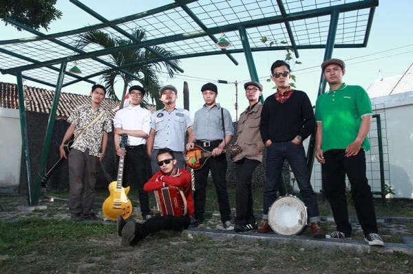 from left to right, steXdog : accoustic guitar nathan pijoh : electric guitar yasuspade : tin whistle ryan frederiksen : mandolin, back vocals emil nk : bass rudech : drum jr miko : vocals front, ganang : violins, acordion