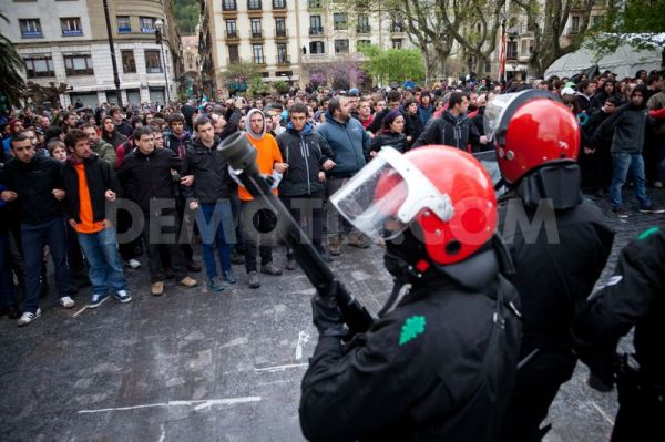 Basque Police, the Ertzaintza, face a 'Solidarity Wall' built to defend Basque comrades the police have come to arrest in Donosti/San Sebastian some years ago.