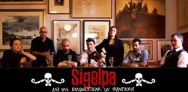 from left to right: Alba (diatonic accordion), Robert (electric guitar), Pol (singing and guitar), Albert (violin), Bruna (singing), Xavi (bass guitar), Guille (drums)